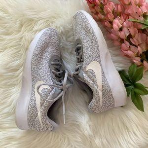 Nike▪️ White Gray Leopard print Tennis Shoes. Sz 7